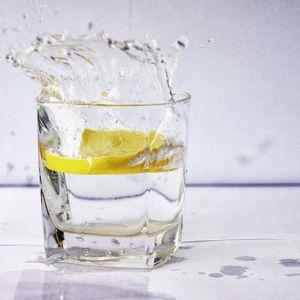 9 Причин, за якими починати день з теплою водою з лимоном краще, ніж з кавою!