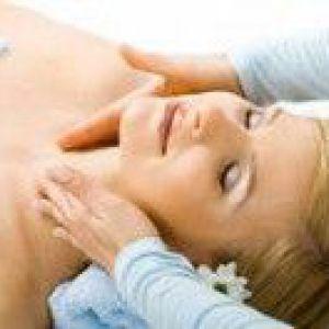 Іспанська масаж обличчя проти набряків під очима