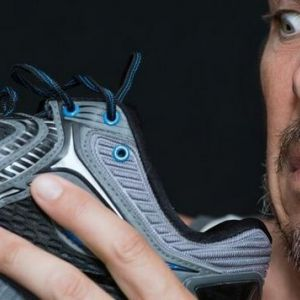 Як позбутися неприємного запаху в кросівках
