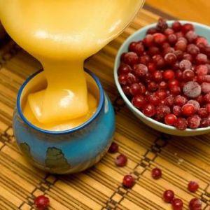 Журавлина з медом: корисні властивості для жінок і чоловіків