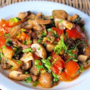 Низькокалорійний теплий салат з грибами і помідорами на вечерю