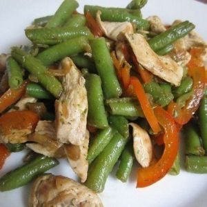 Низькокалорійний теплий салат з куркою, перцем і стручкової квасолею