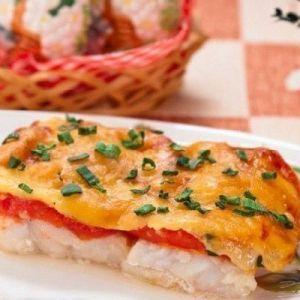 Низькокалорійний вечерю: риба, запечена з помідорами і сиром