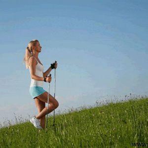 Користь скандинавської ходьби з палицями для літніх