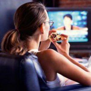 Телевізор і комп`ютер під час їжі - шлях до ожиріння