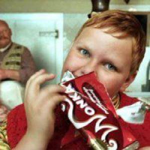 Товсті діти більш сприйнятливі до реклами солодощів